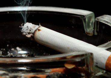Cigarrillo encendido, dejar de fumar empieza por apagarlo.